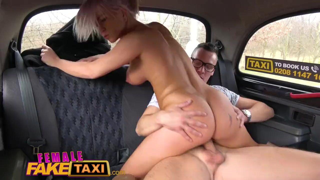 Грудастая таксистка наслаждается куни от пассажира