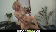 Sexe mature 60 ans - Lonely 60 years old woman pleases a stranger
