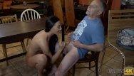 Mature granny tis Daddy4k. alter mann verfuhrt die freundin seines sohnes zum sex auf dem tis