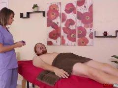 Een extreem hete tiener domineert een naakte man...