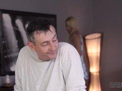 DADDY4K. Nikki stava pulendo la casa prima del rapporto sessuale con un mas