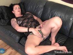 Yanks Buxom Stunner Roxie Masturbating
