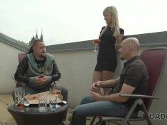 DADDY4K. Blonde zeigt dem glatzköpfigen Vater ihres Freundes ihre Pole-Danc