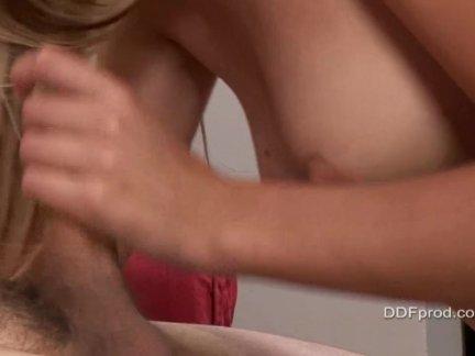 Обладательница упругой попки развлекается в ванне