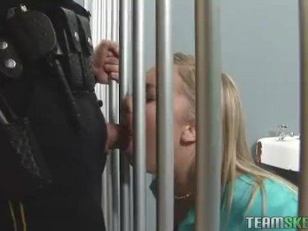 Школьница трахал в тюрьме