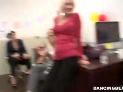 Аппетитная блондинка мастурбирует в тренажерном зале