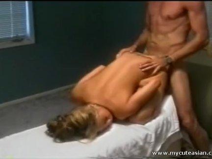 Вставляет член блондинке в половое отверстие