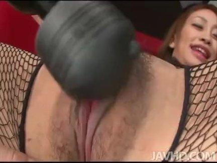 Приятная сексапильная девушка ласкает себя