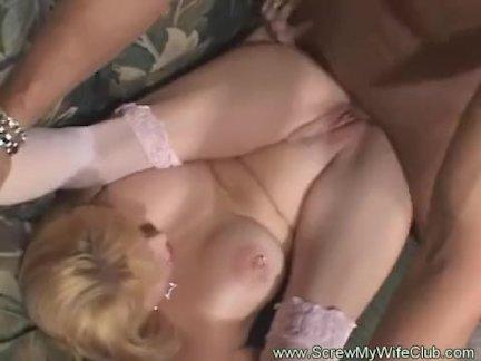 Девушка кормит спермой подругу после камшота в рот от парня