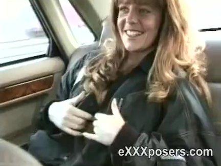 Раздевание и мигание в задней части автомобиля