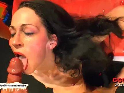 Пацан зажал голову красивой блондинки между ног насильно затолкал хуй в рот заставил сосать