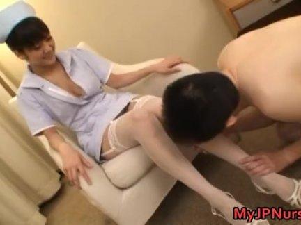 Супер сексуальный японский медсестры сосёт