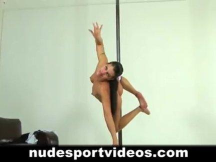 Сексуальная брюнетка подросток работает со стриптизершей полюс