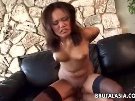 Притягательную женщину ебут в анал