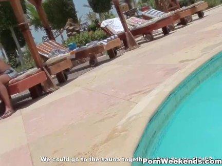 Обнаженная девка плавает в бассейне на матрасе и кайфует