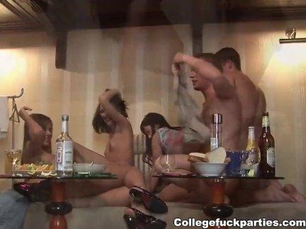 Секс оргия с оральный, анальный и фаллоимитатор трахается