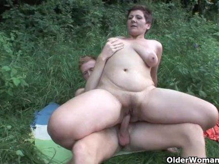 Рыжая шалунья бесплатно отсасывает пенис