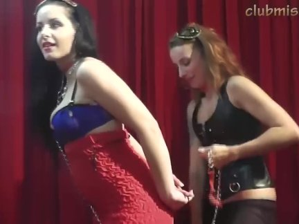 Неистовая домохозяйка ласкает киску с пирсингом