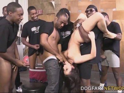 Черный парень присовывает свой длинный член в киску белой шалавы