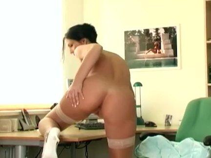 Винтажный секс во все дырки со стройной блядью