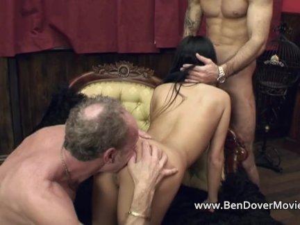 Сексуальная спортсменка вертит киской на члене