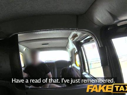 Поддельные такси Брюнетка входит его в задницу