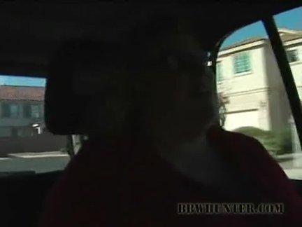 Брюнетка своей ручкой ласкает себя до оргазма