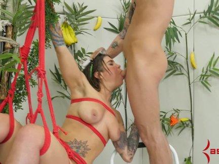 Висела как обезьяна для экстремальных анальный секс