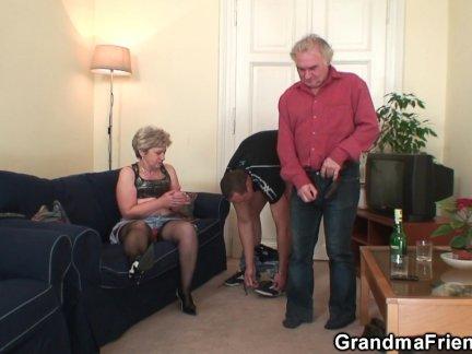 Бабушка согревает перед глотанием два члена