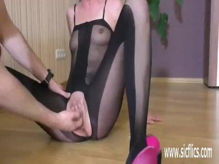 Фистинг ее жадный подросток киска, пока она шприц