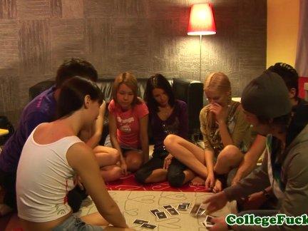 Студенты подростки эми и каролина вечеринки