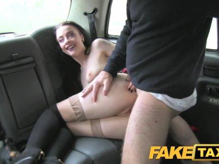 Поддельные такси леди в чулках - кончает внутрь