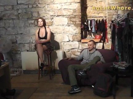 Сексуальный парень делает интервью о порно в клипе