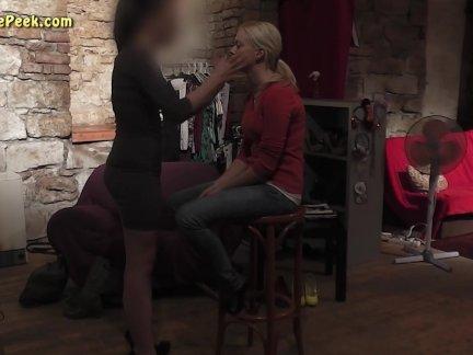Сексуальная дама в короткое платье в кулисы видео