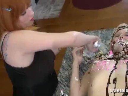 Кудрявый секс раб покрытый в крем и глазурь