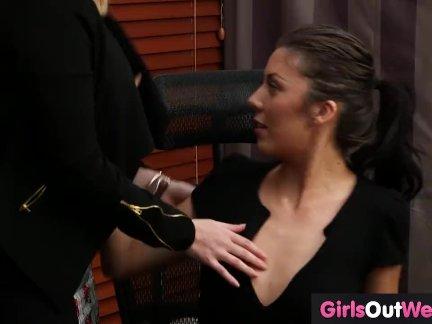 Лесбиянка секретарь ебёт ее женский босс