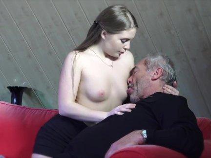 Молодая русская девушка сосёт старый дедушка