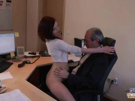 Возбужденный молодой секретарь хардкор устные ебёт старый босс глотает кончил