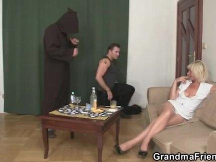 Немного занятий с блондинкой бабушка вдова