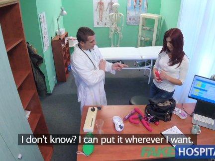Поддельные больница доктор сжимает фаллоимитатор и член в пациенты мокрая киска
