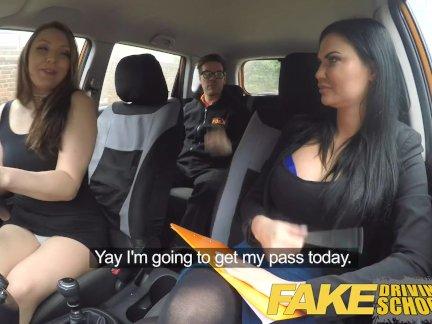 Поддельные Автошкола втроем с испорченным подростком в средней оранжевой машине