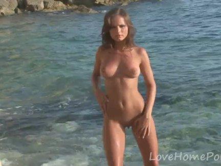 Брюнетка принцесса любит быть голым на пляже