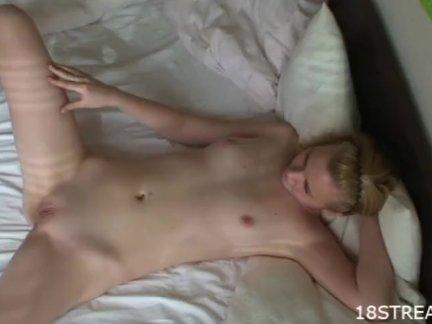 Маленькая блондинка спальня секс играть