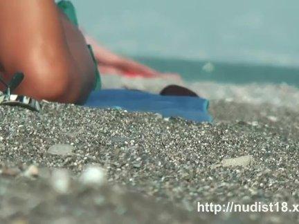 Сексуальные красотки снимали игру на пляже