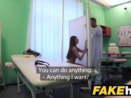 Поддельные больница талль брюнетка пациент с большой натуральные сиськи глотает документы кончить