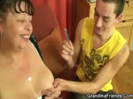Пухлый зрелый сучка глотает два молодой члена