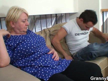 Блондинка старый бабушка дает голову и наездница его