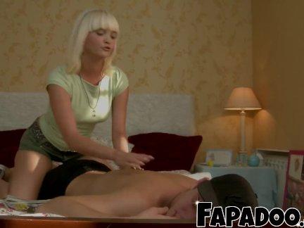 Скучно блондинка трюки ее друг для ебёт ее