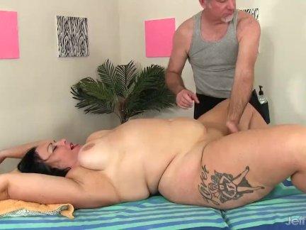 Толстушки - массаж пож дилдо сверху ее пизда