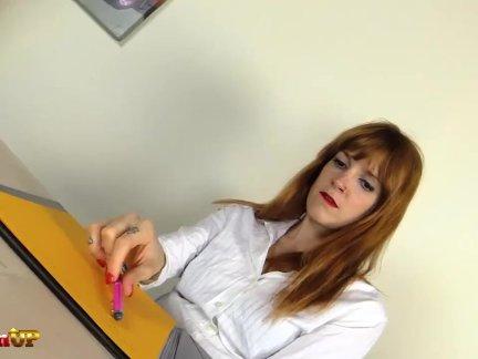 Рыженькая секретарь ирина вега в колготки мастурбирует с магия палочка